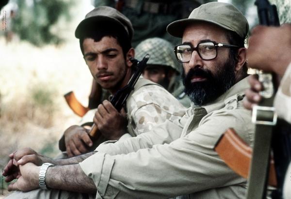 دکتر مصطفی چمران در جبه های دفاع مقدس کنار رزمندگان